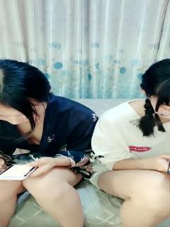 两个年轻漂亮嫩妹一起直播轮流和炮友啪啪洗澡后入女上骑马木耳粉嫩很是诱人第01集